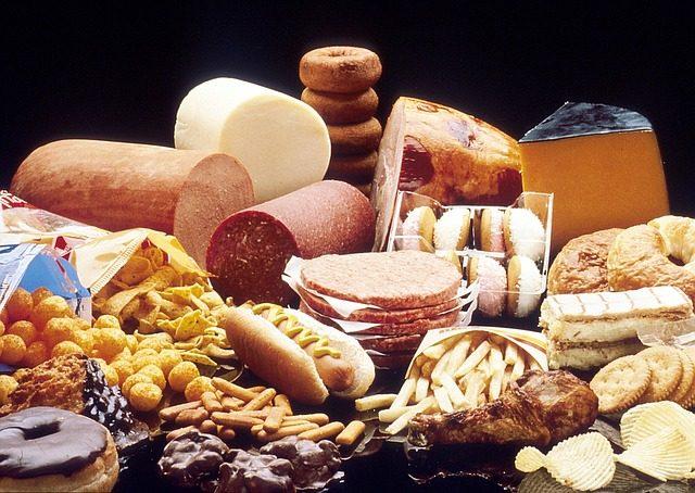 食べ続ければ命の危険が!7つの高カロリーNG食品