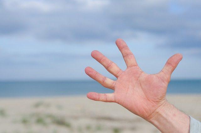 手のひらのしびれに隠された怖い病気の5つの兆候と対処法