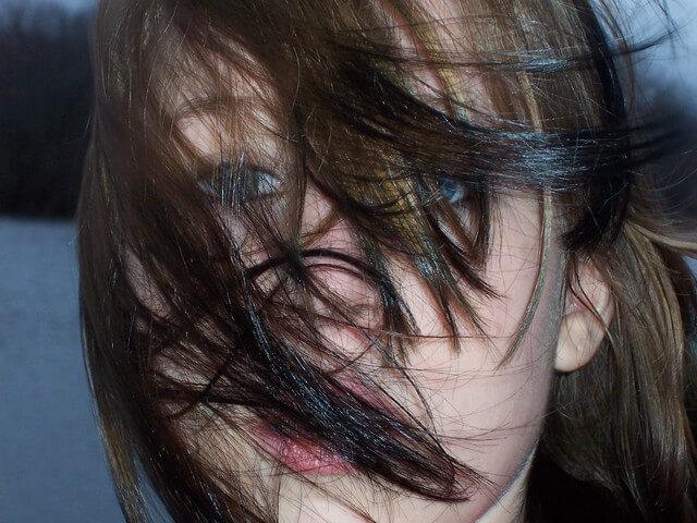 超怖い!髪の毛が抜ける5つの原因と抜け毛を止める方法