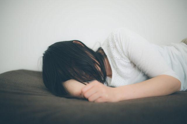 寝ると咳が出るのはなぜ?原因と咳を鎮める方法